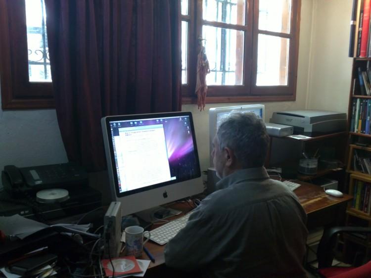 Ο Γιάννης Σολδάτος στο γραφείο του - photo Vasilis Papavasileiou