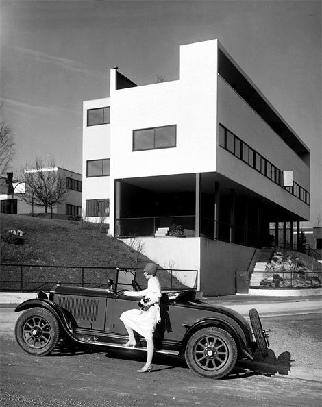 Αυτοκινητο και κτήριο του Λε κορμπυζιέ