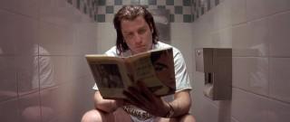 O John Travolta ως Vincent Vega διαβάζει στην τουαλέτα