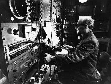 Ο Μίλτον Μπάμπιτ γράφοντας ηλεκτρονική μουσική.